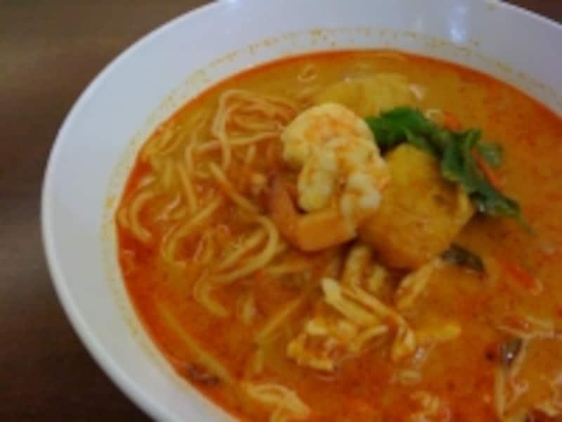 小麦麺をココナッツカレーのスープでいただくラクサ。程よい辛さで日本人の口にも合うマレー料理の一つ