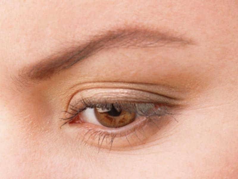 ブラウン、ゴールドなど、目元をひきたてる深みのある色でゴージャスに。