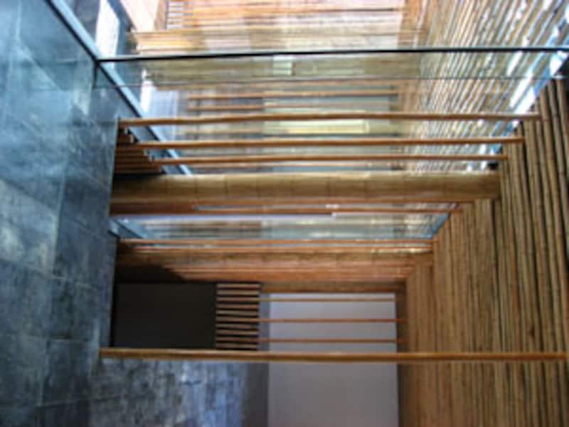 竹と石とガラスがつくる、モダンで東洋的な雰囲気