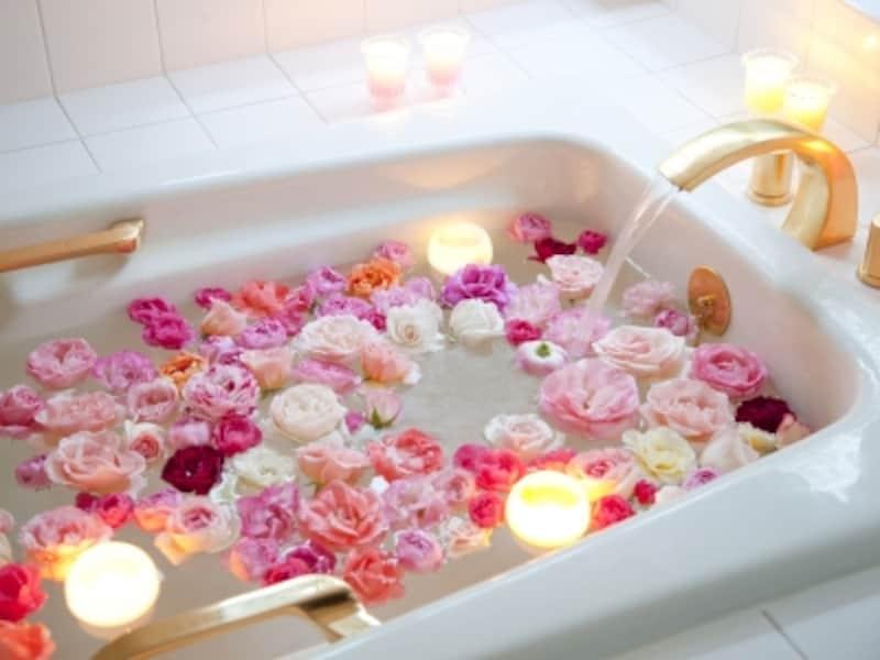 ピンクのバラを浮かべたバスタブ,バスルーム,ラブ運アップ