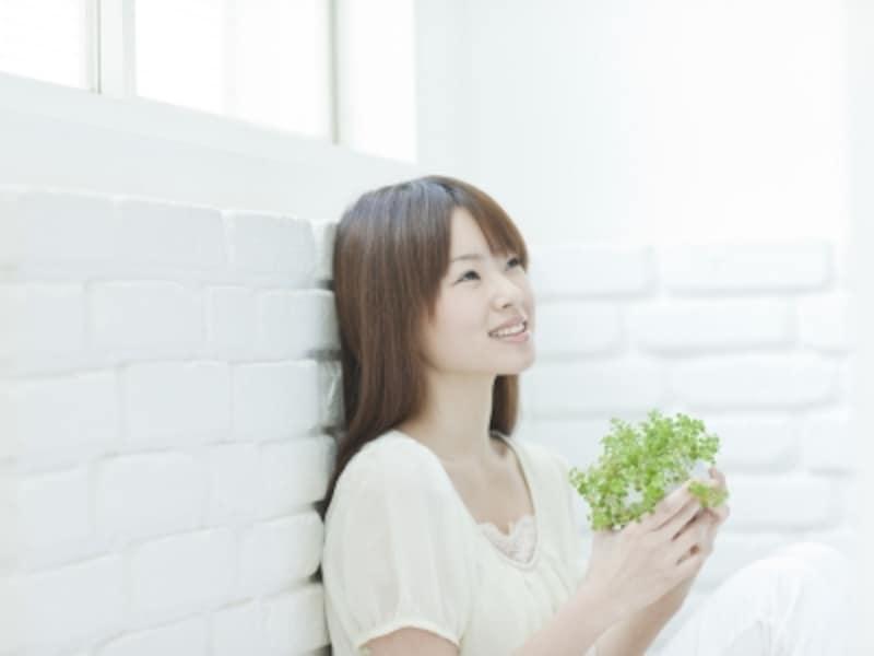観葉植物を持つ女性,エイジレス美人,お部屋に植物を飾ることから始めましょう