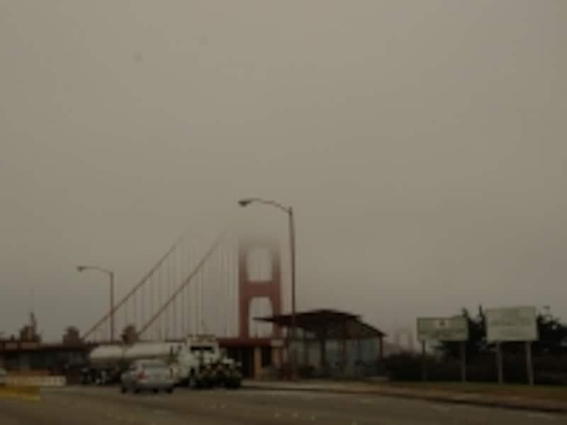霧で全く見えないゴールデンゲートブリッジ