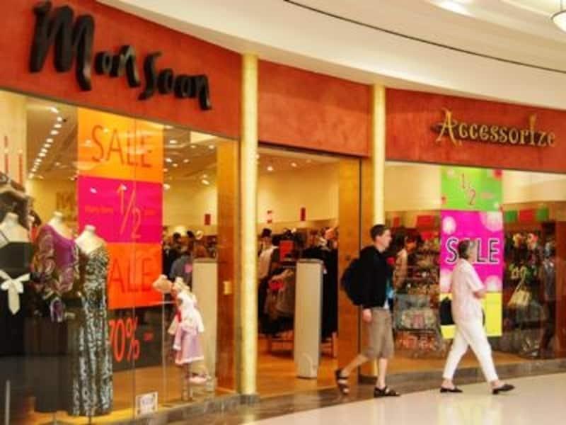 様々な人気ブランドが共存するドバイ。買い物をしすぎて、スーツケースまで買うことになる観光客も…