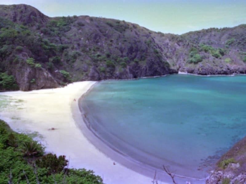 砂浜が美しいカーブを描く小港海岸