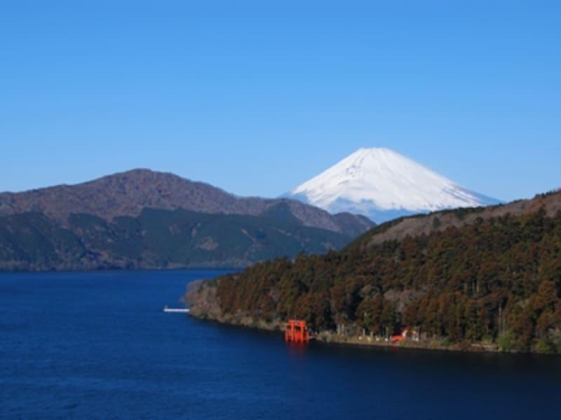 富士山がはっきりと浮かび上がる冬の芦ノ湖