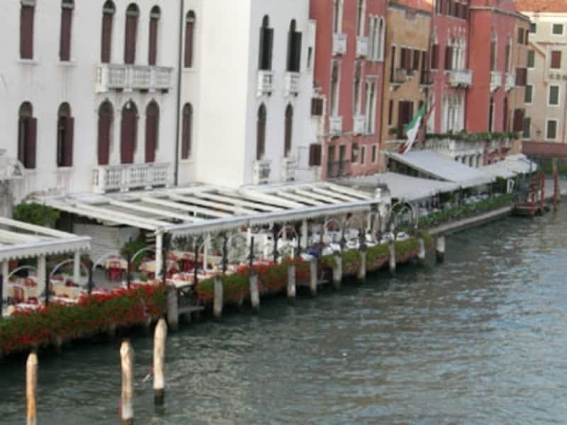 運河沿いのリストランテで食事…ベネチアの思い出に一度はしてみたい!