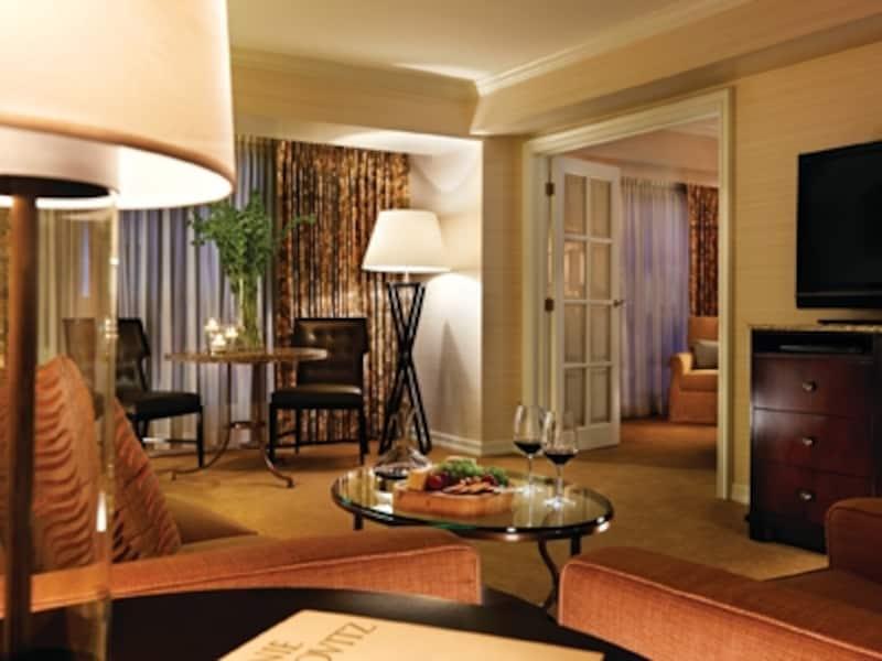 派手さはないが、邸宅をイメージした落ち着いたデザインの客室。