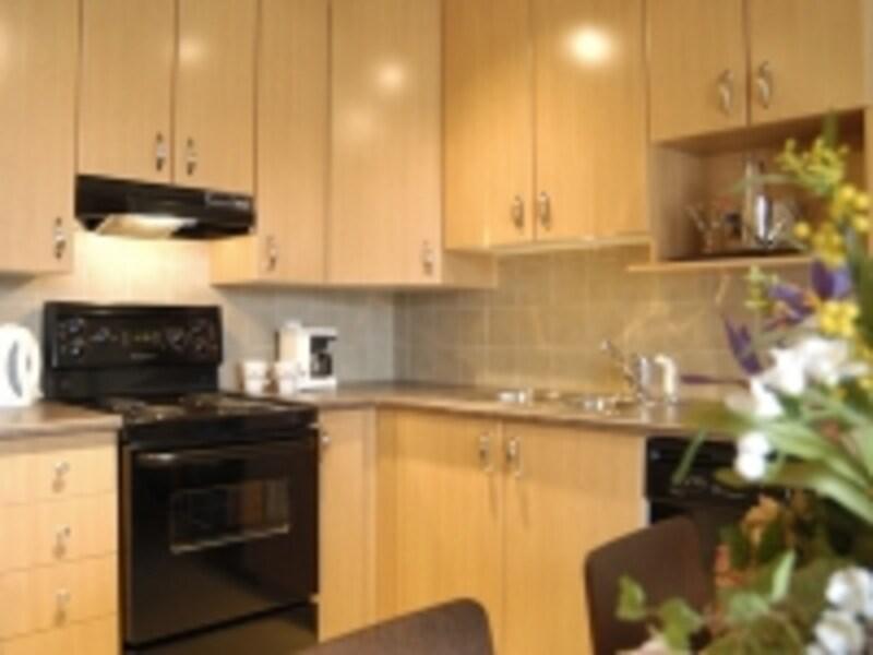 キッチンには必要な道具、食器が用意されている