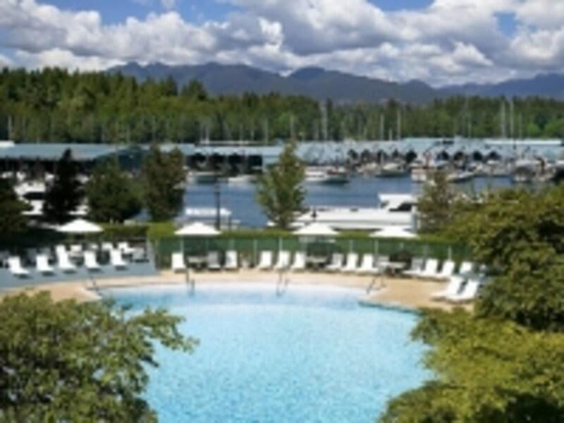 屋外のプールからは、ヨットハーバーやスタンレー公園が一望できる。