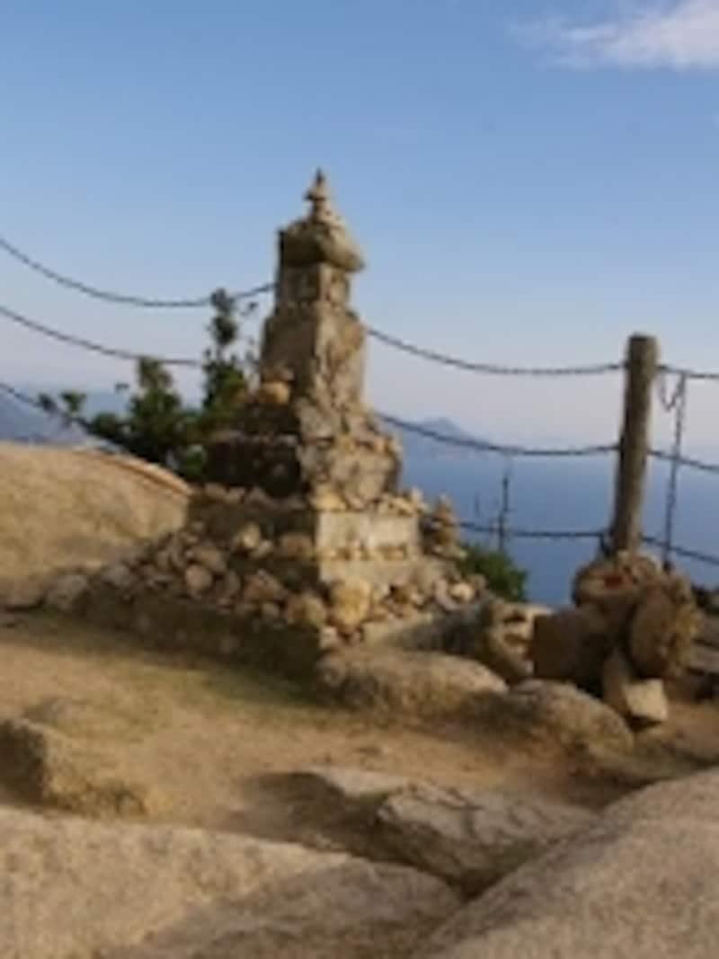 弥山の登山道には、いかにも信仰の山らしいこんなモニュメントが多い