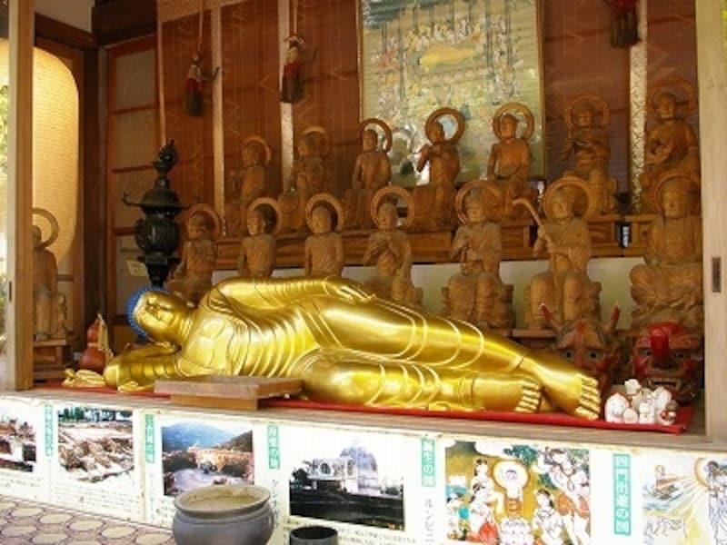 寝仏は、お釈迦様が涅槃に入るときの様子を表したもの