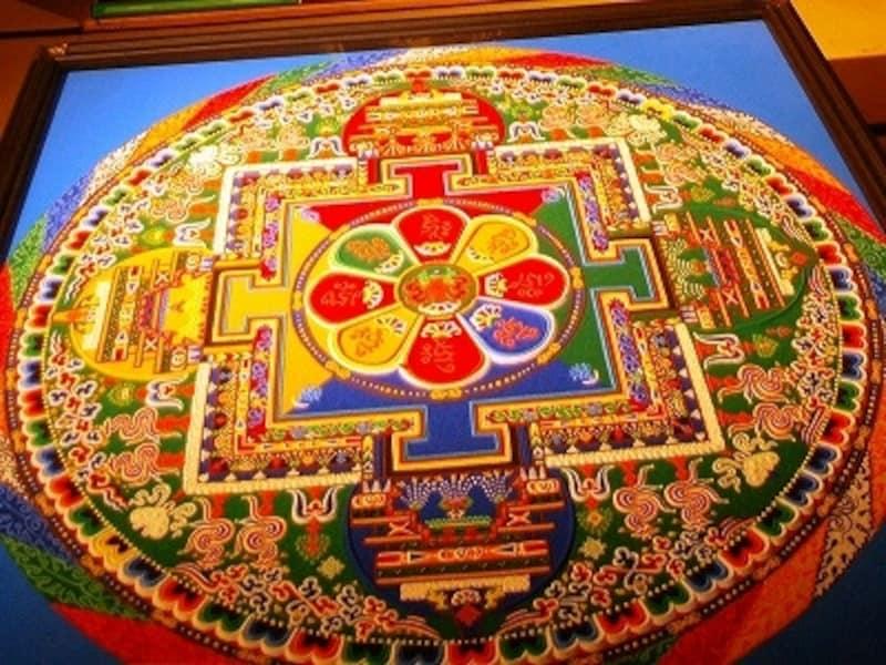 色をつけた砂で描いた砂曼荼羅