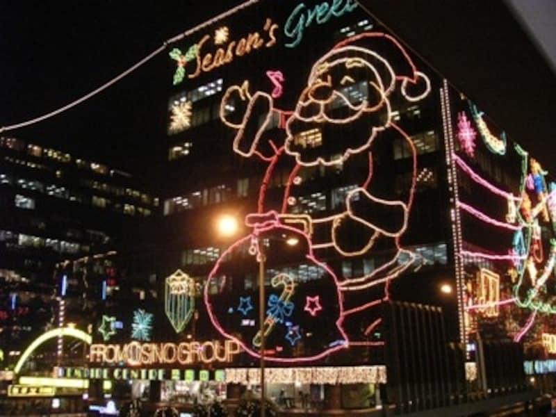 ビルに飾られたクリスマスイルミネーション