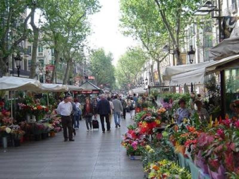 常に人で溢れるバルセロナきっての散歩道、ランブラス。