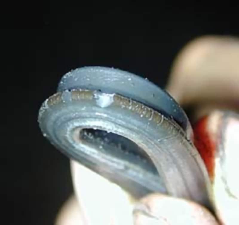 固く柔軟性を失い、ヒビ割れが発生しているパッキン