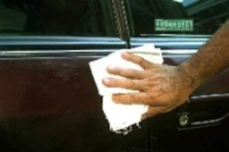 手順5拭き取って傷の状態を確認