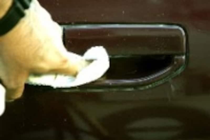 手順1狭い部分はウエスで磨く。ウエスとは、拭き取り用の布のことだ