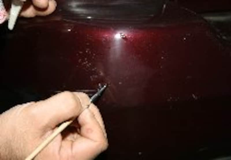 キズ溝を埋めるように塗布する