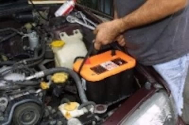 新品バッテリーを定位置に納める