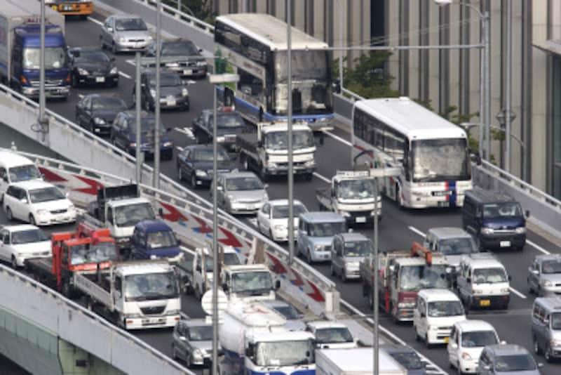 夏場のトラブルで多いのが、バッテリー上がりです。炎天下で渋滞に巻き込まれたときが、実は最も危険な状態です