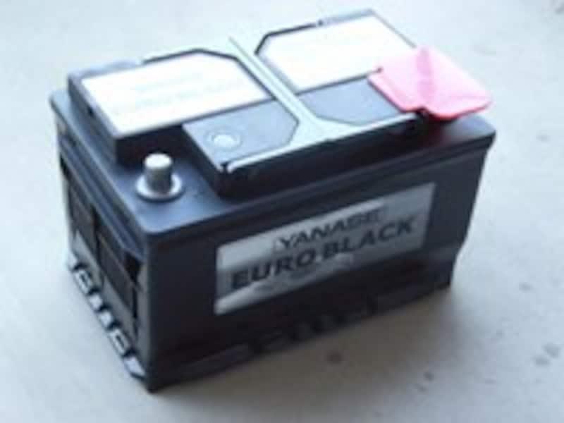 見た目では全く劣化具合が判断できないバッテリーは、専用のテスターを使ってその状態を把握する必要があります