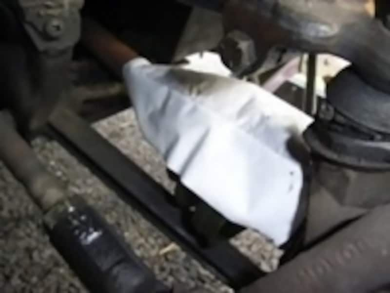 溶着剤を塗布し、張り合わせた接合部にカイロのような発熱シートを被せて溶着する
