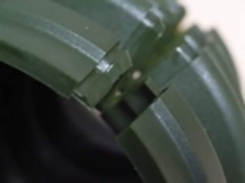 接合部はかぎ爪状になっており、しっかりと食い込む設計となっている