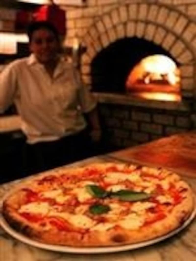 石釜で焼かれるピザは必ずオーダーして。