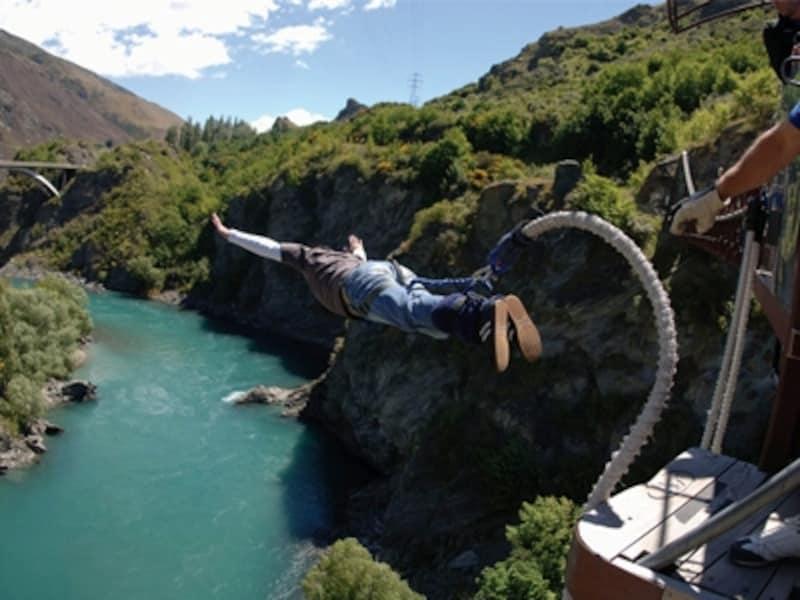 ニュージーランドが発祥のバンジージャンプは人気のアクティビティーの一つundefined