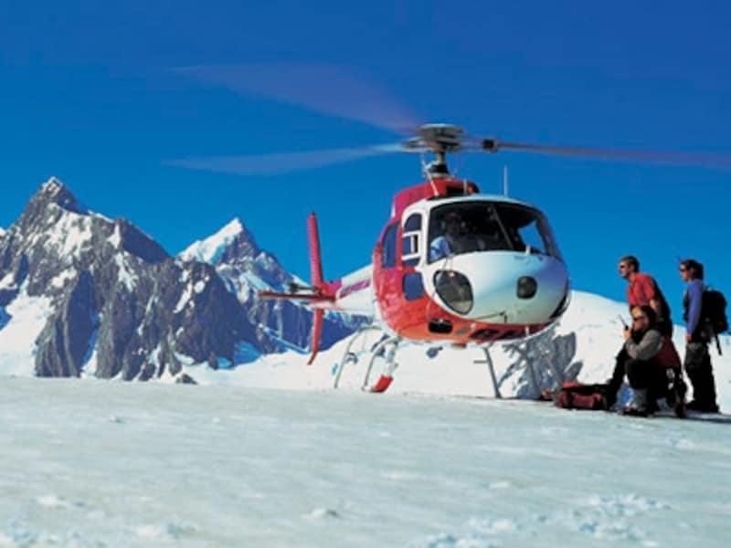 氷河上空をヘリコプターで飛べば、氷河の全景を一望できる