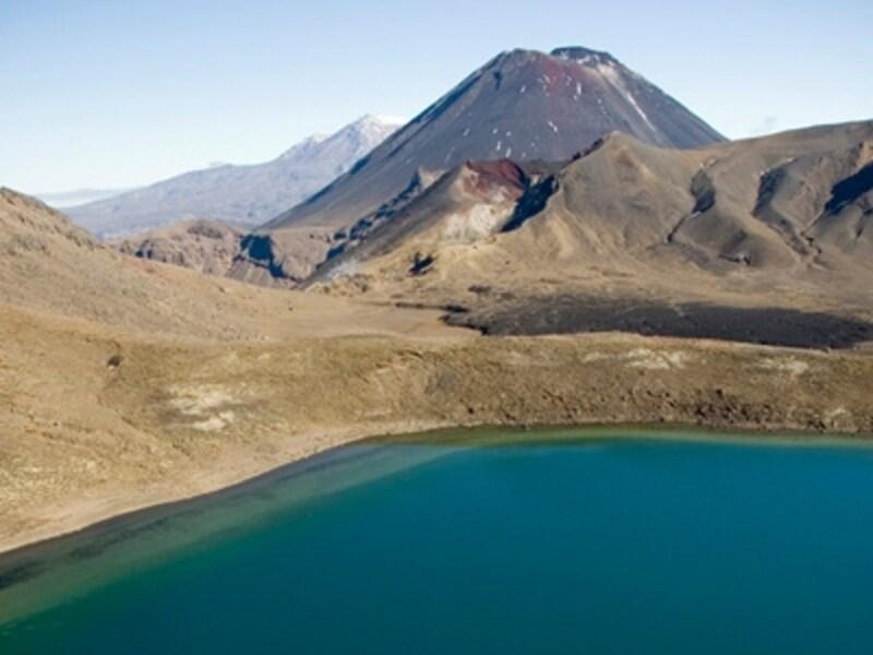 北島中央部にあるトンガリロ国立公園のブルー湖