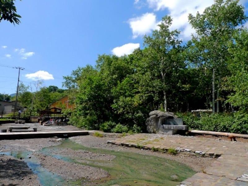 川湯温泉の足湯のある源泉公園「湯の川園地」。緑に囲まれた自然環境が素晴らしい