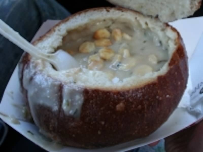 丸型フランスパンにクラムチャウダーが入った食べ物