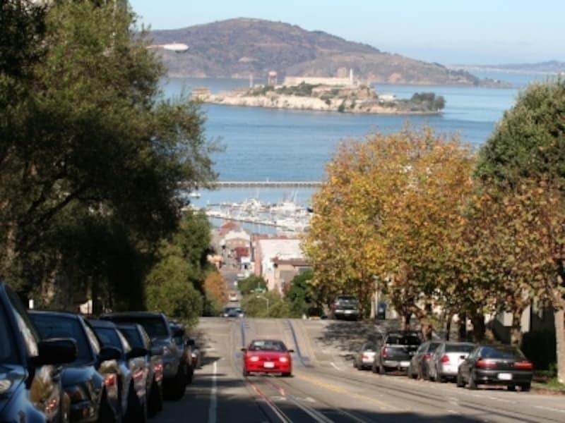 ロンバードストリートから見た坂とアルカトラズ島