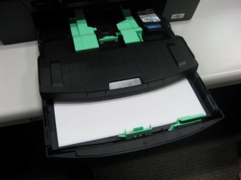 前面給紙トレイは2段になっており、手軽に手動で切り替えられる