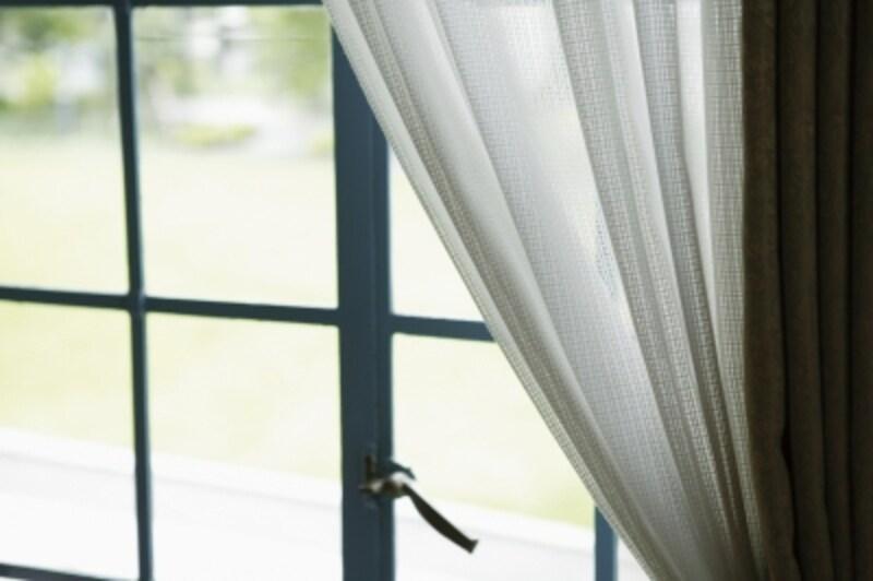 カーテンは想像以上にホコリを吸って、汚れています。洗濯して、リビング掃除も画竜点睛