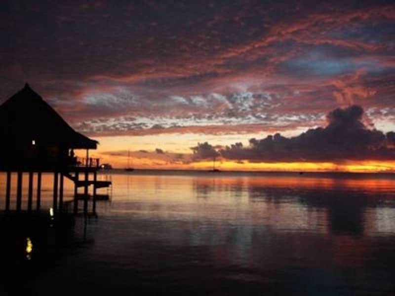 タヒチの風景に欠かせない水上バンガロー。ホテル・キアオラにて