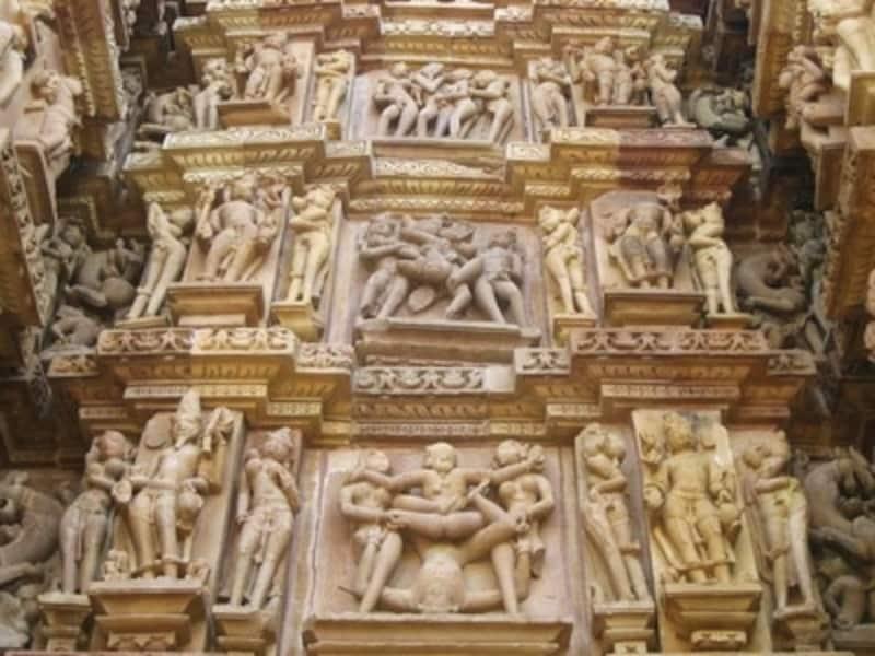 気が遠くなるような両の彫刻が寺院の外壁に