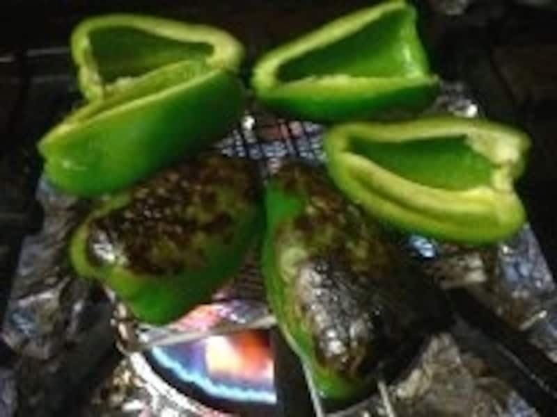 パプリカは直火でこんがり焼いて皮をむく