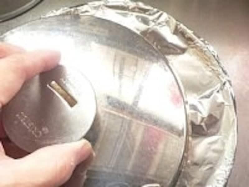 ぴったりの蓋がない場合は、アルミホイルで蓋をして、その上に鍋蓋をすると良い