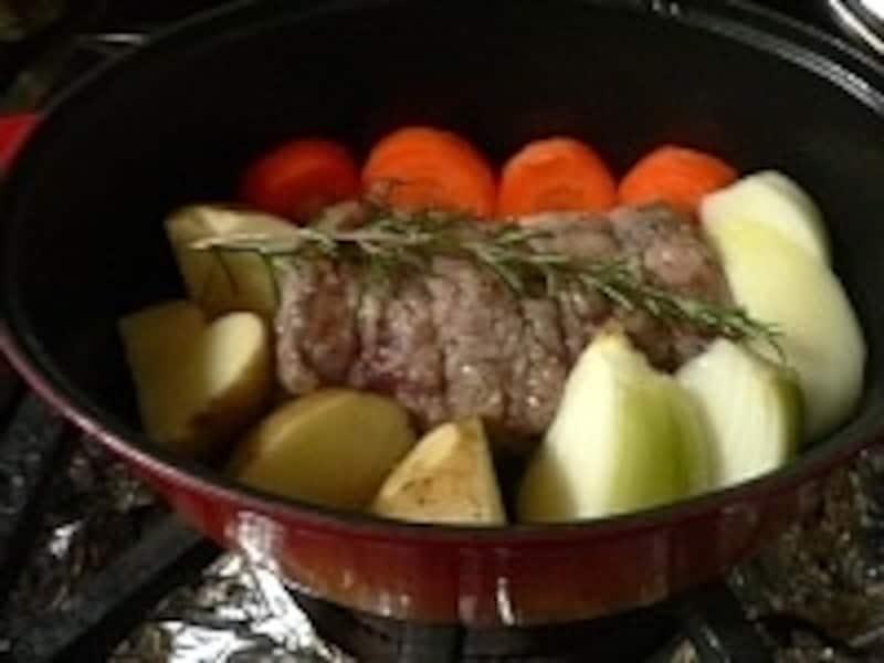 ストウブ鍋なら、豚のブロック肉と付け合せ野菜が一緒に蒸し焼きできる