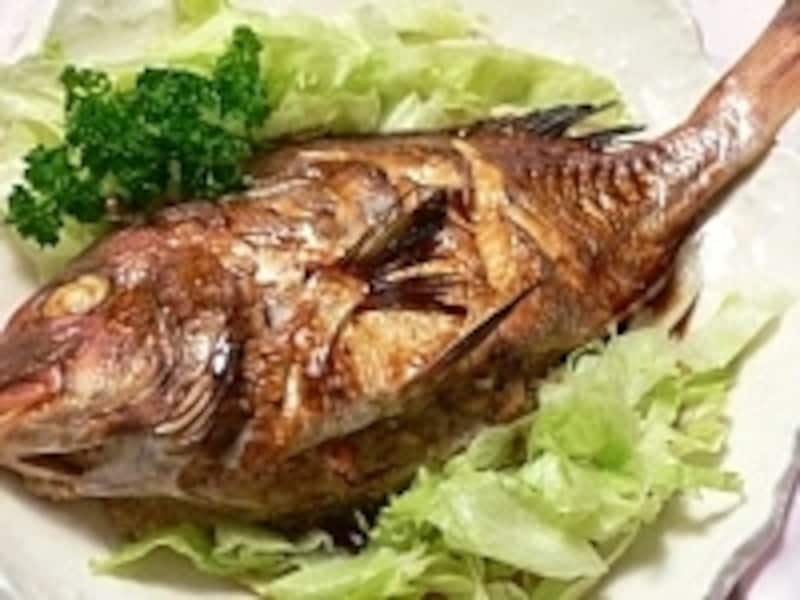 鯛のお腹に詰め物をして下味をつけてオーブンで蒸し焼きにした「肉詰め鯛のオーブン焼き」