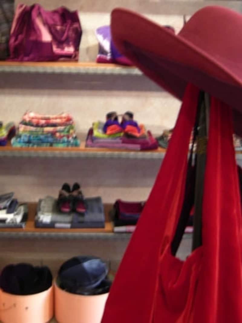 色遣いがキレイなカバンや靴が並ぶセレーナのお店
