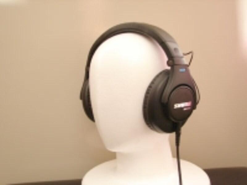 SHURESRH440の装着イメージ。undefinedヘッドバンド頭頂部の「SHURE」ロゴがカッコいい。