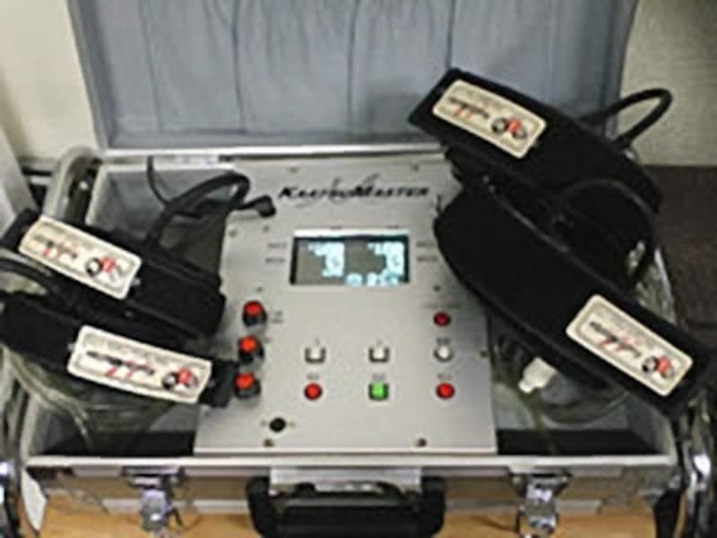 加圧トレーニングは専用のバンドで腕や脚の付根を締め付けて行います。写真中央の器具が圧を測りながらベルトを締める装置です。横にある黒いベルトを巻き加圧していきます