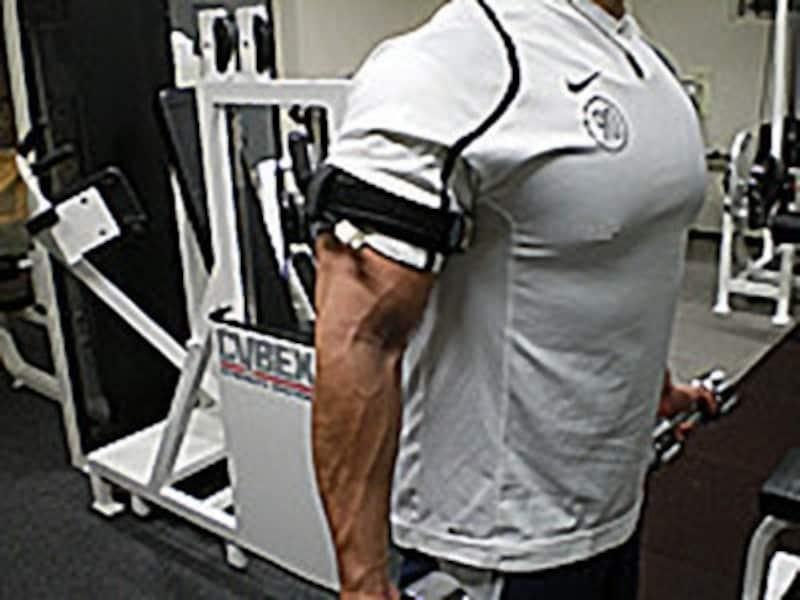 加圧トレーニング中の様子です。腕に注目してください。血管が拡張し浮き立っているのがわかります。トレーニング後にバンドを外すと拡張した血管に血液が多く流れるため血行がよくなります