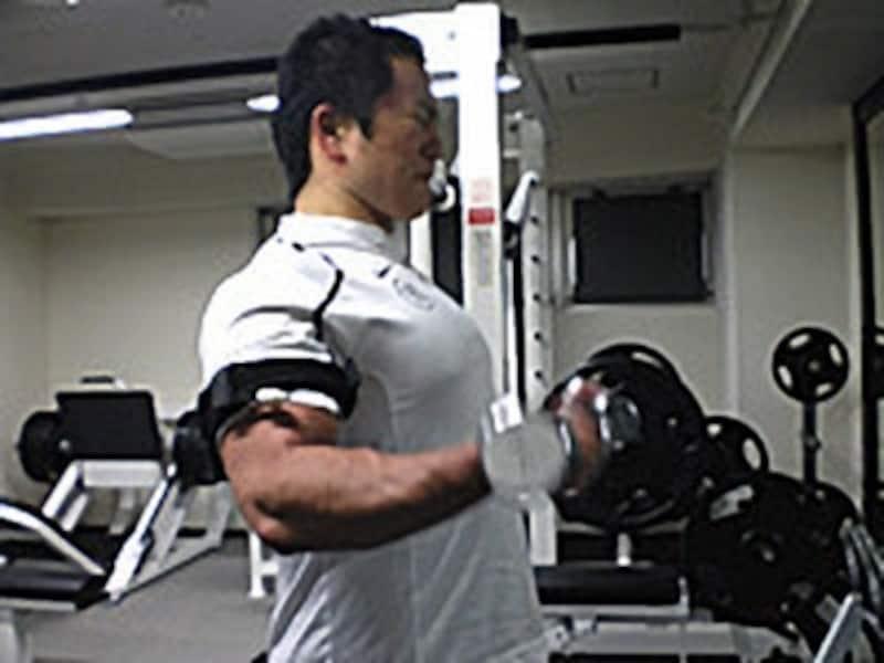 まずはダンベルカールから。上腕二頭筋(力こぶの筋肉)がどんどん張ってくるのがわかります