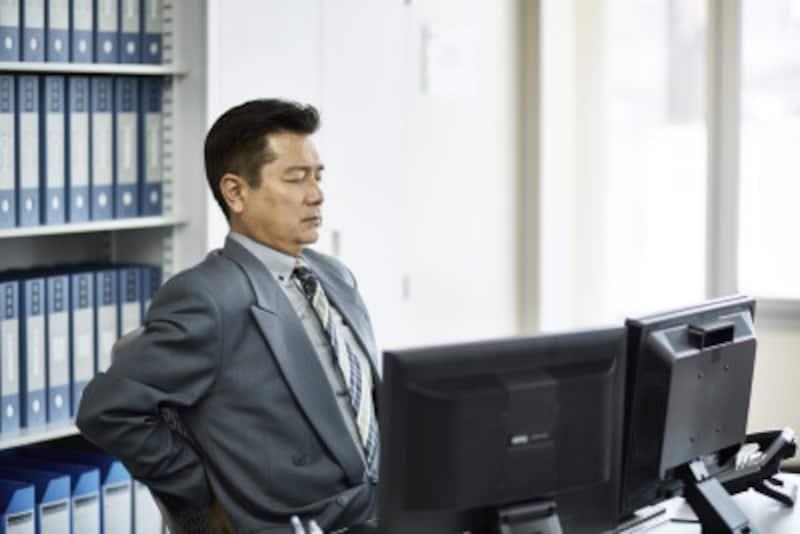 オフィスで出来る、簡単腰痛解消ストレッチで痛い腰の悩みを解決