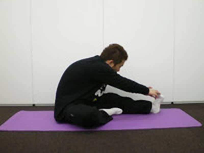 両手を足から離さないようにしましょう。伸ばしている側の膝を曲げないように注意してください