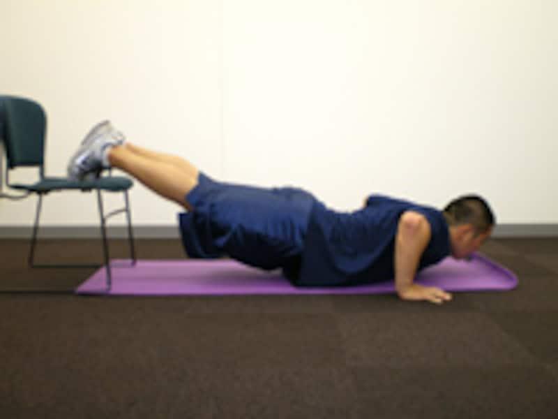 腕立て伏せのバリエーション3 デクライン・プッシュアップ 胸が床につくギリギリまで上体を下げましょう。